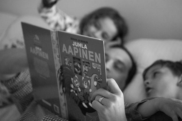 isi lukee iltasatua pojille
