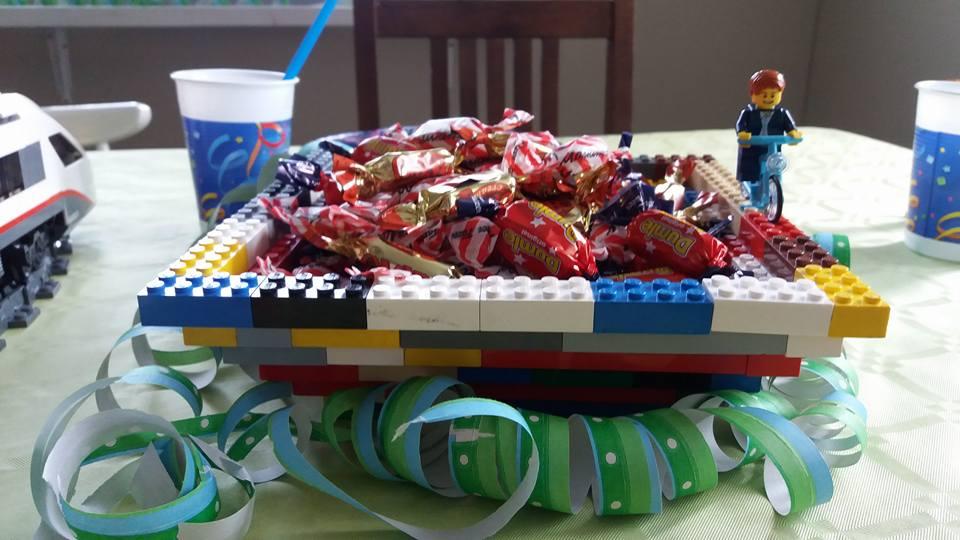 Legoista tehty tarjoilukulho.