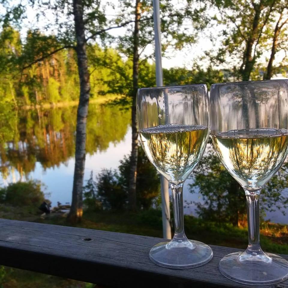 kaksi viinilasia ja järvi
