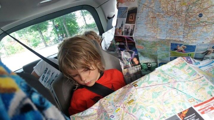 poika katsoo karttaa