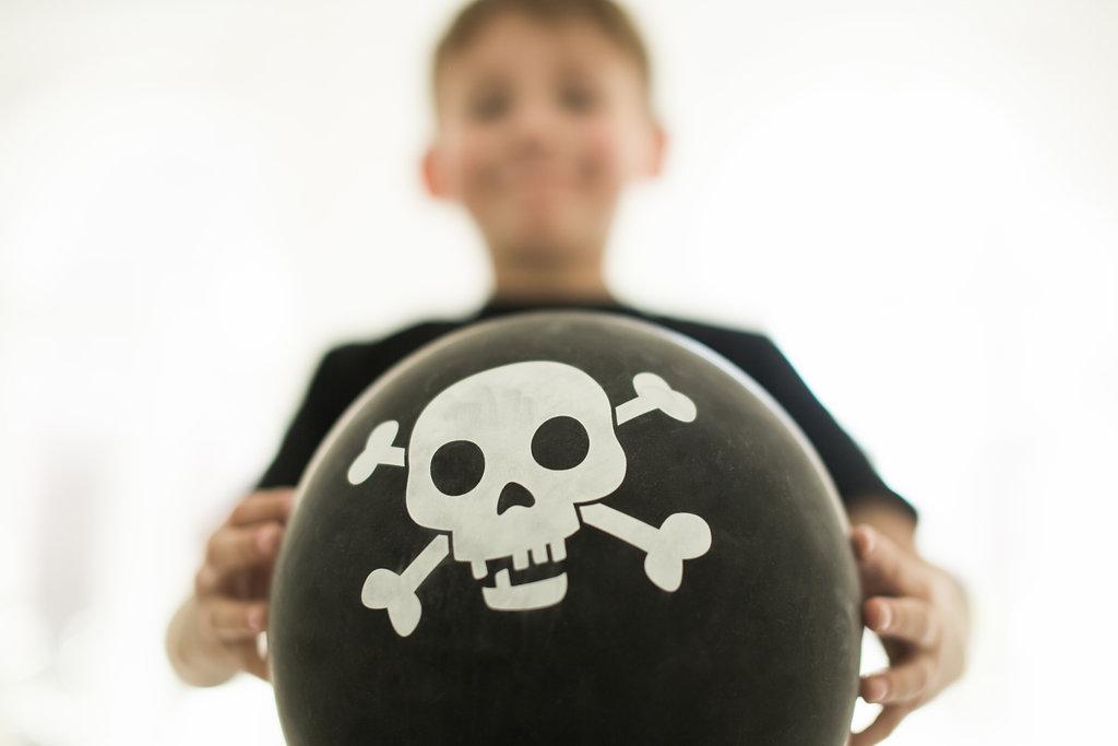 poika pitää ilmapalloa