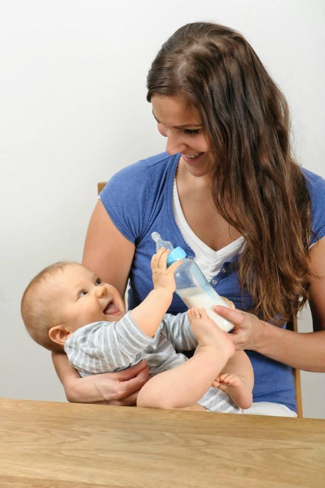 äiti syöttää maitoa vauvalle