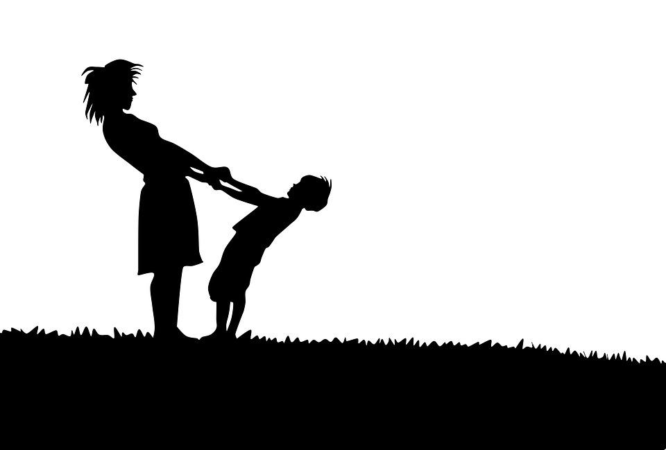 äiti ja poika pitää toisiaan kädestä