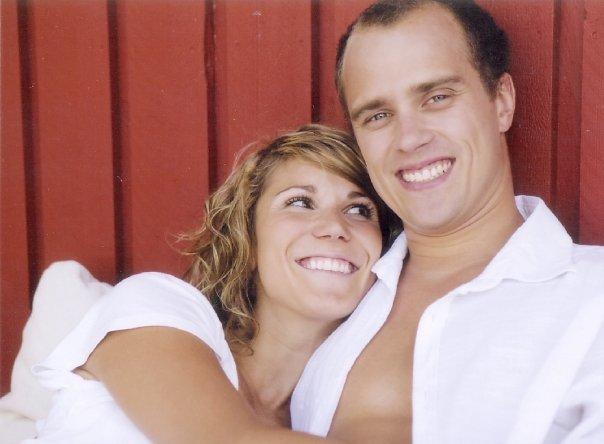 nainen ja mies halaa