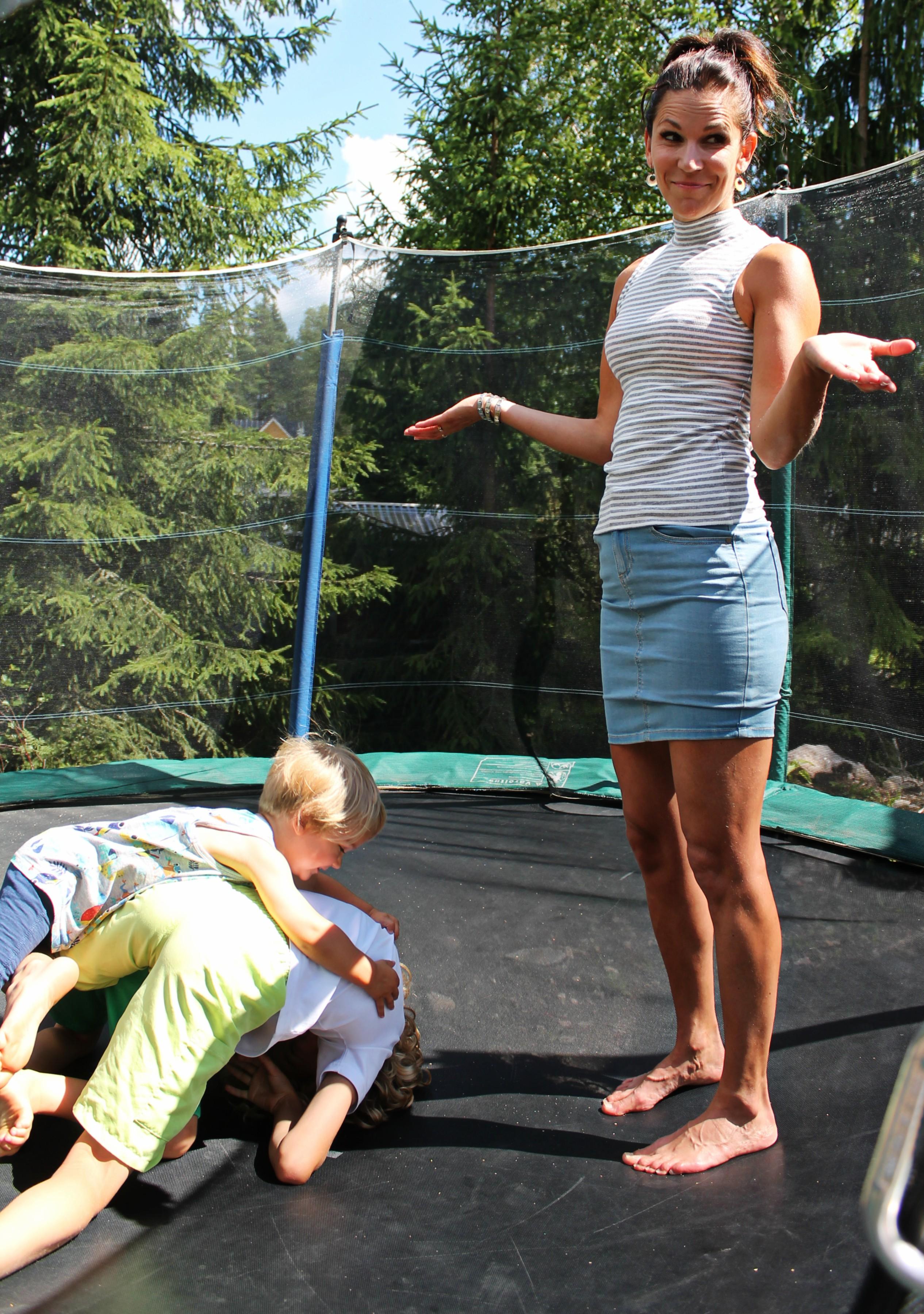 pojat painii trampalla