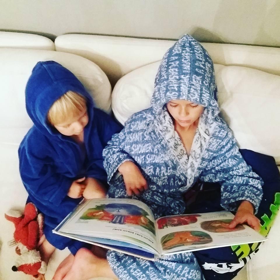 pojat lukee kirjaa