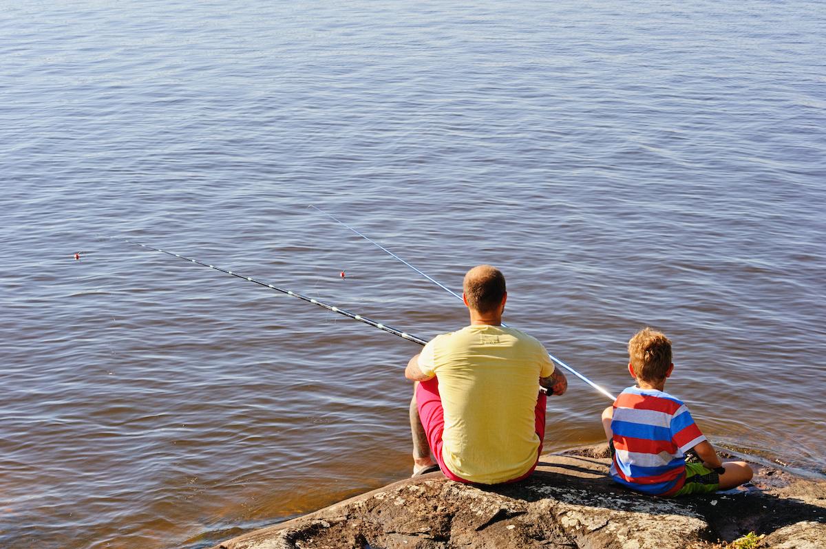 isä ja poika kalastaa