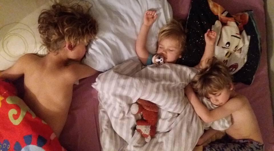 pojat nukkuu