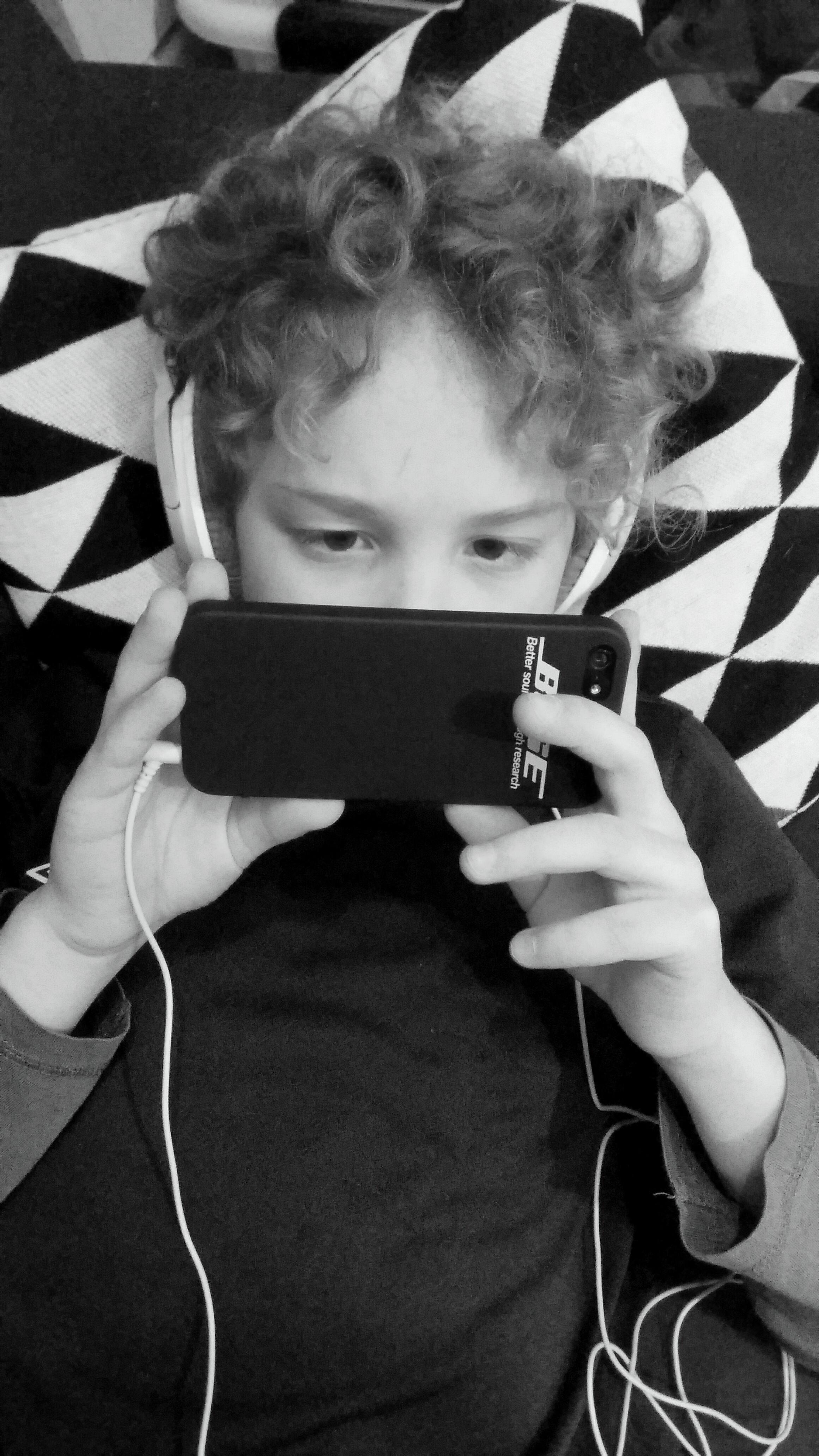 poika kuuntelee musiikkia