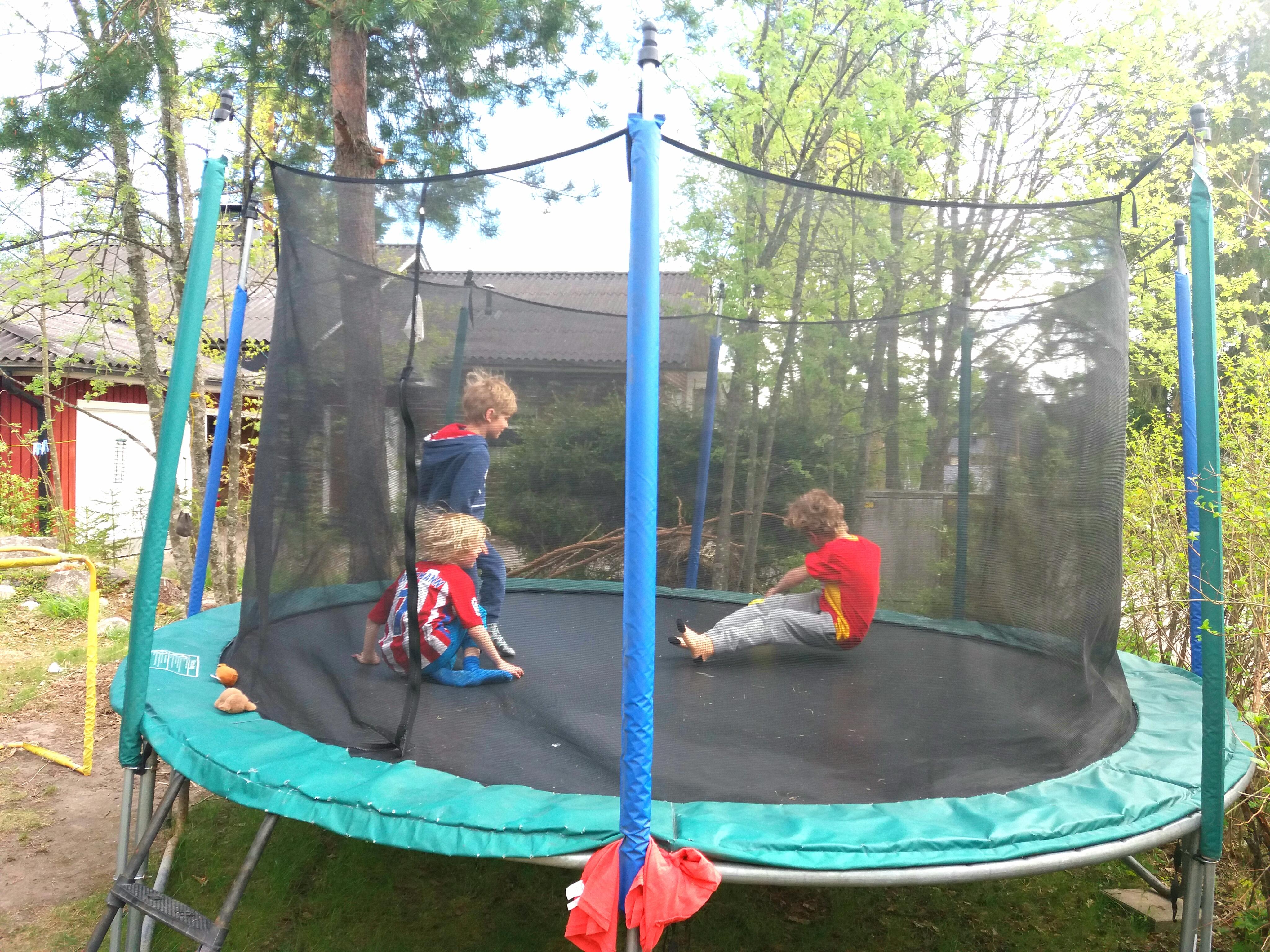 Pojat trampoliinilla