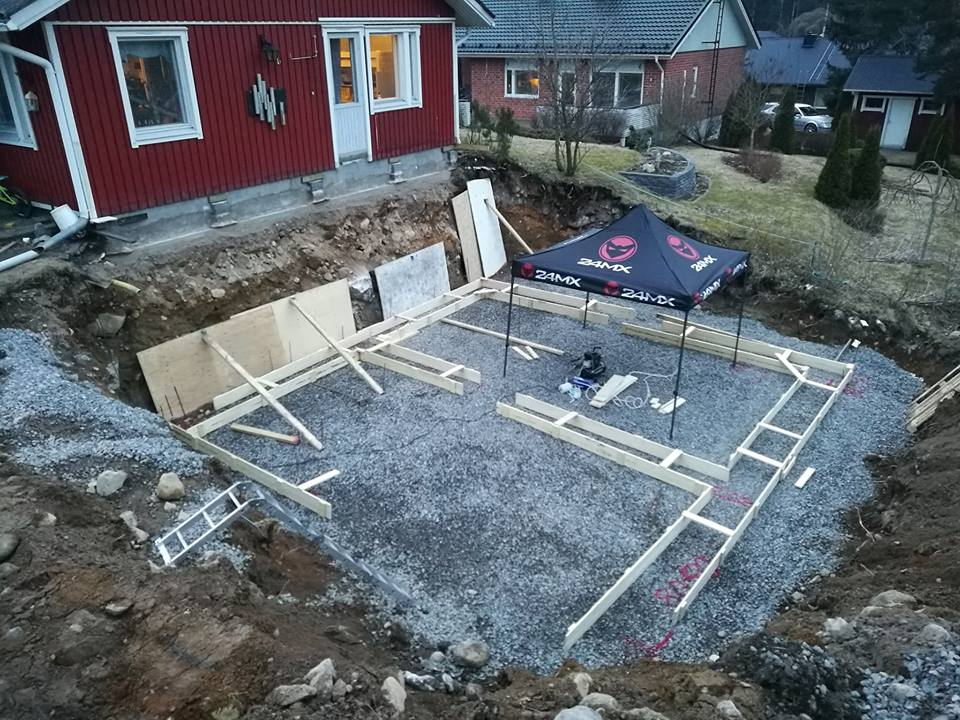 Yksinhuoltajana neljälle- isä se rakentaa taloa