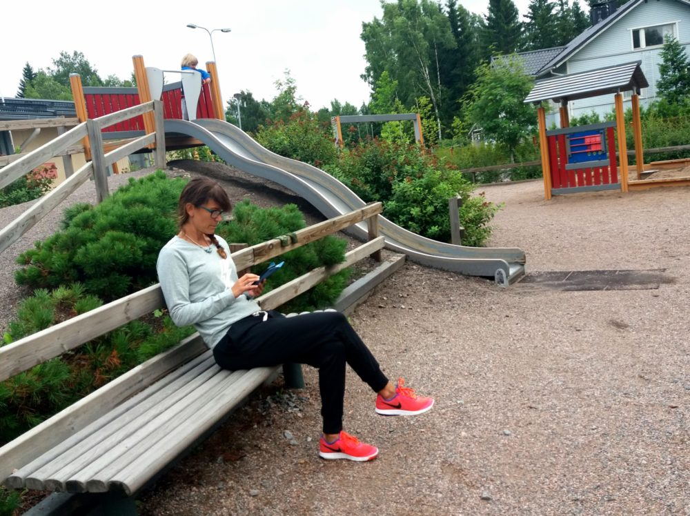 Kännykkä kädessä leikkipuistossa. Tsot tsot äiti!