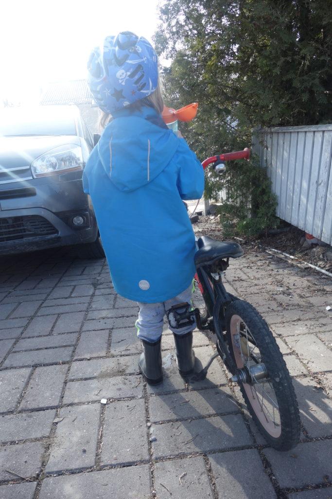 poika ja polkupyörä