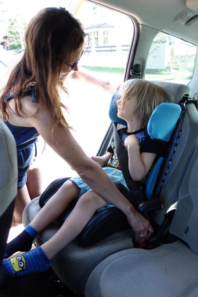 lapsi turvallisesti autossa