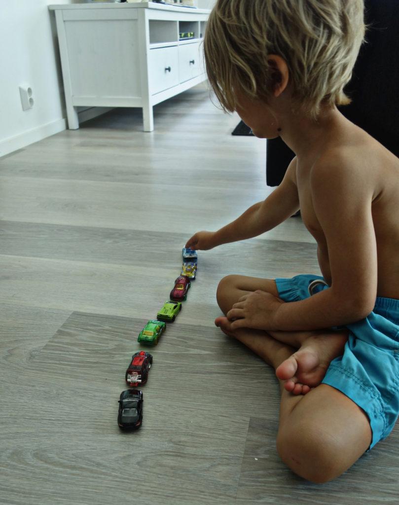 poika ja pikkuauto
