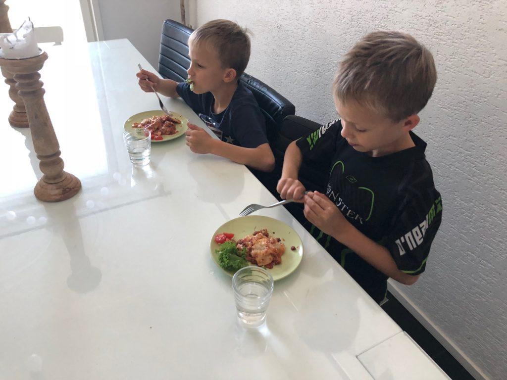 Pojat ruokailemassa