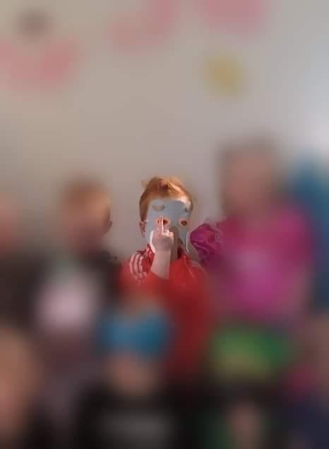 Lapseni näytti keskisormea päiväkotikuvassa