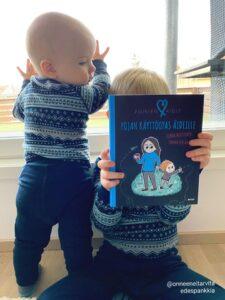 Pojan käyttöopas äidille -kirja ihastuttaa ja vihastuttaa. Miksi?