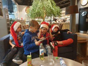 Lapset päättää päivä; Herkkuja ja pelikaupassa notkumista
