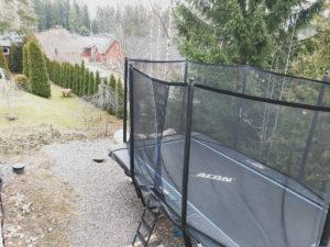 Naapuri käski siirtämään trampoliinin, koska lapset ärsyttävät