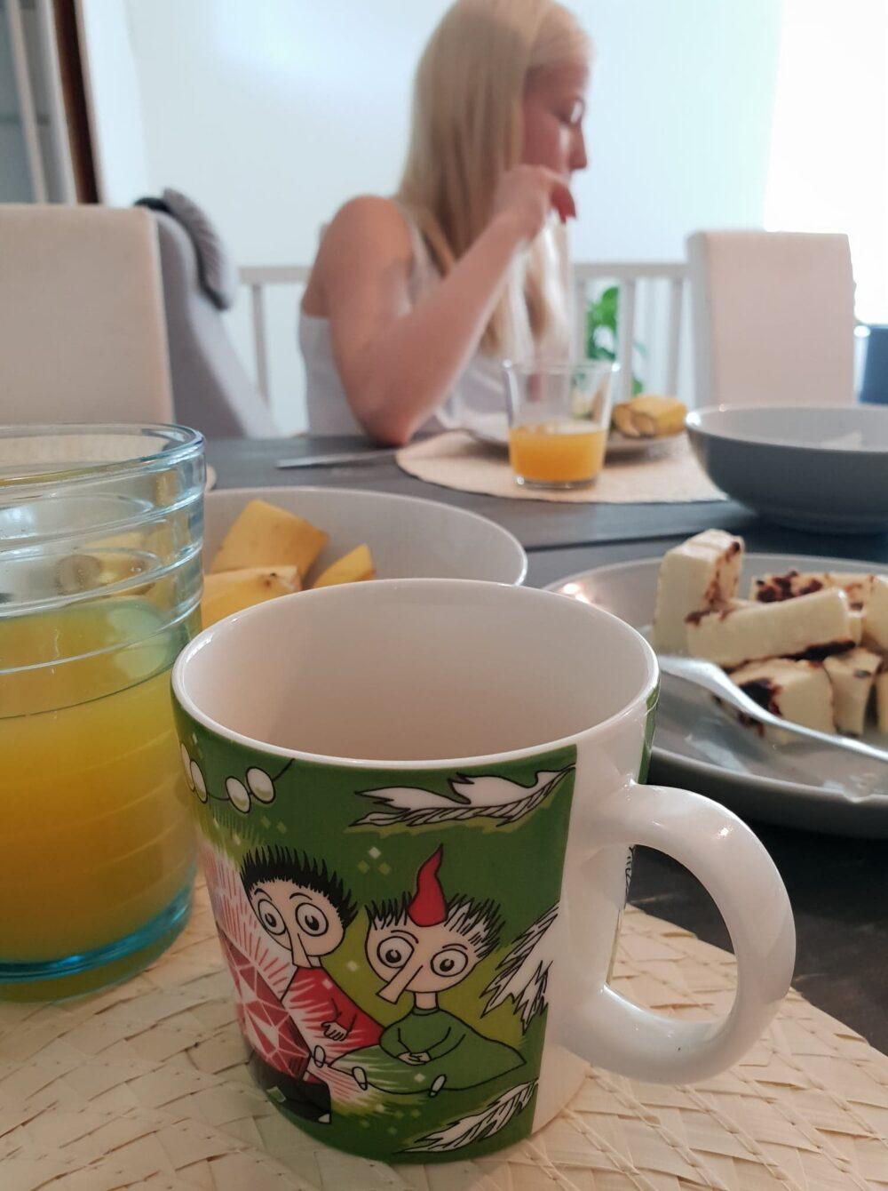 puhelu aamupalapöytään