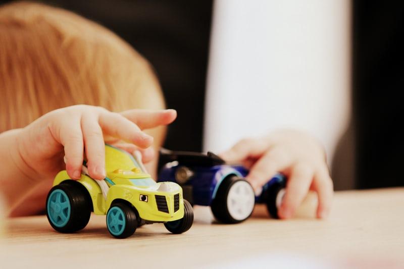 Pitääkö lapsen kanssa leikkiä? Mitä jos ei jaksa?