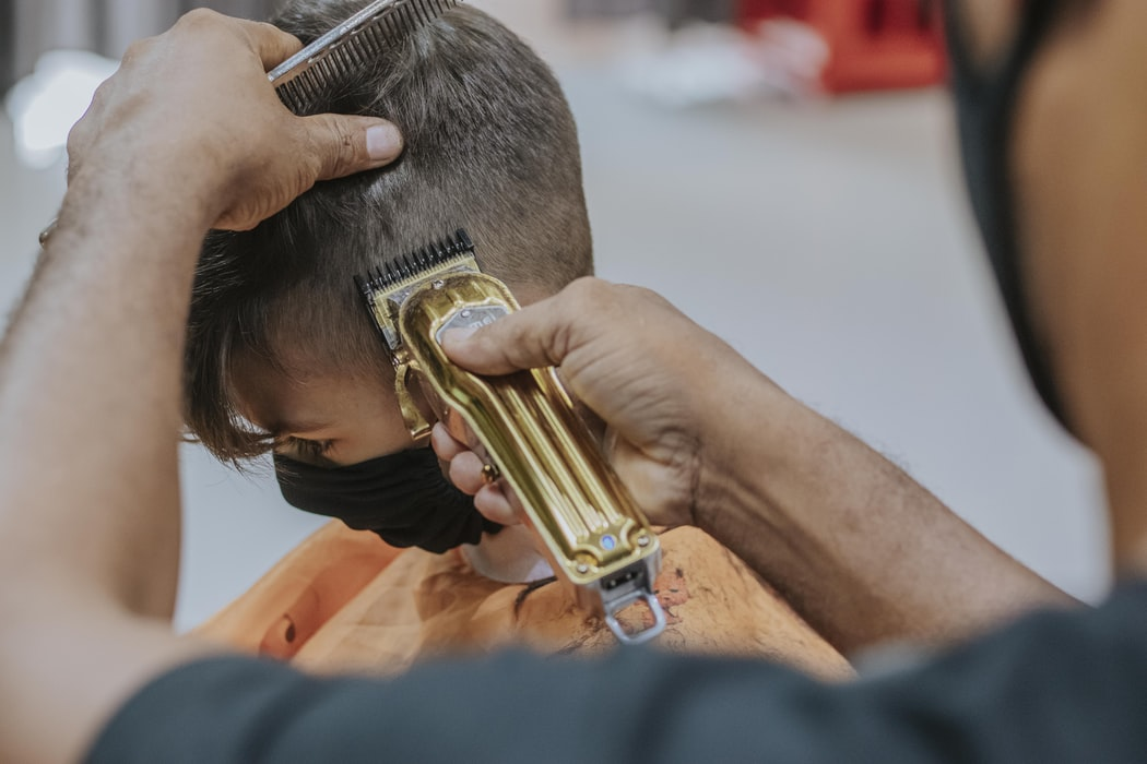 Poikien hiusmallit 2021: kiharaa ja ysärin keskijakausta