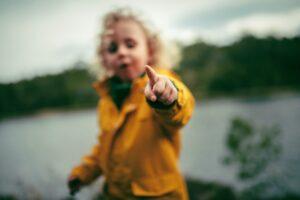 Read more about the article Kevät ja kerrospukeutuminen – ilo irti ulkoilusta!
