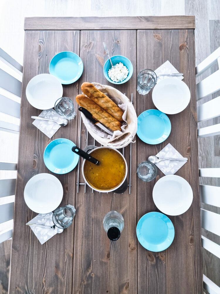 Ruokapöytä isolle perheelle
